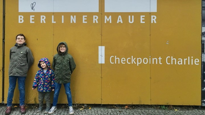 children visiting berlinermauer checkpoint charlie