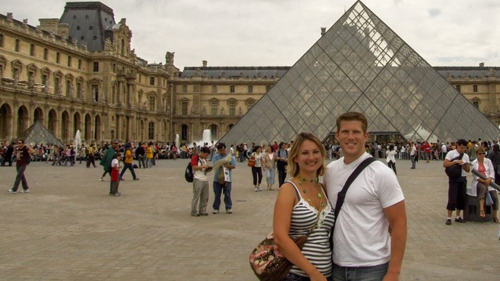 couple visiting the louvre france